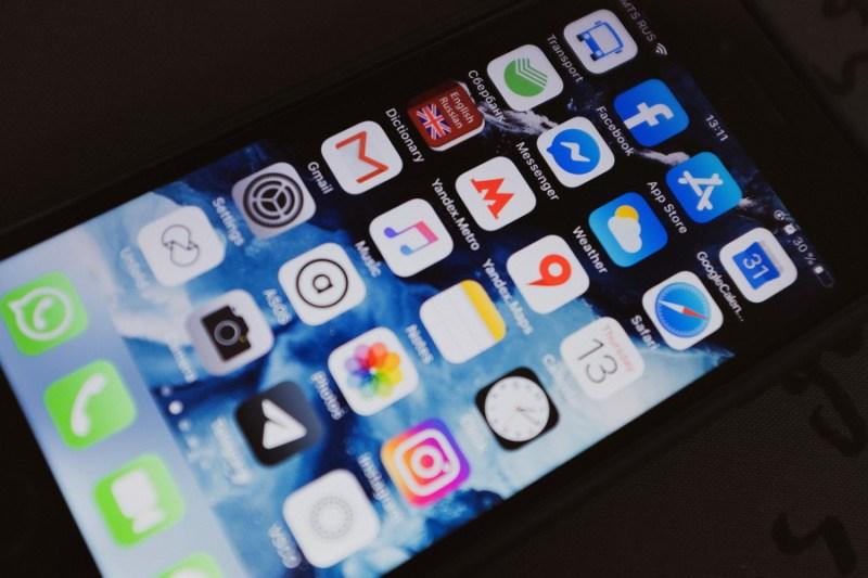 black iphone 4 turned on displaying icons 3850262 2 - Efecto coronavirus: 10 apps útiles para sobrevivir recluido en casa
