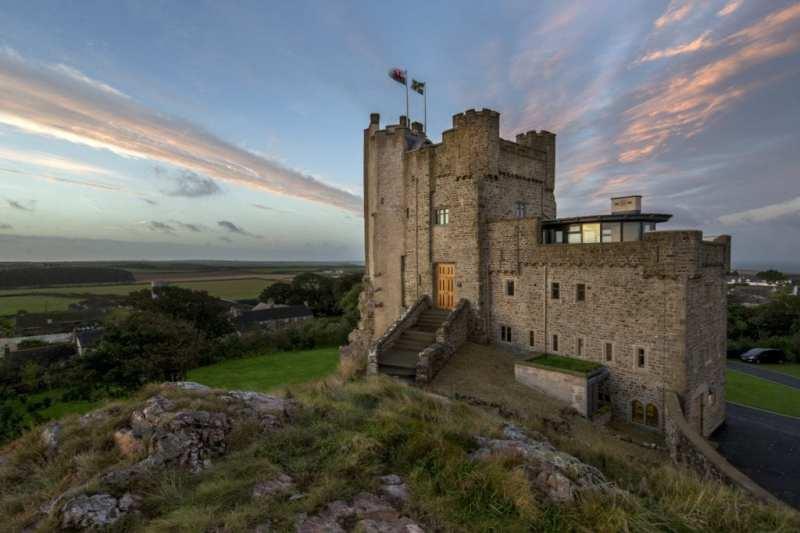 roch castle 13971696135588172634. - Siete castillos espectaculares en los que puedes alojarte y sentirte como un rey