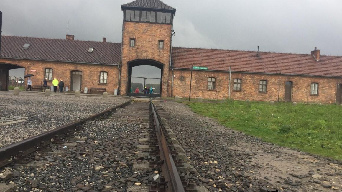 Bajo la lluvia en los campos de concentración de Auschwitz-Birkenau