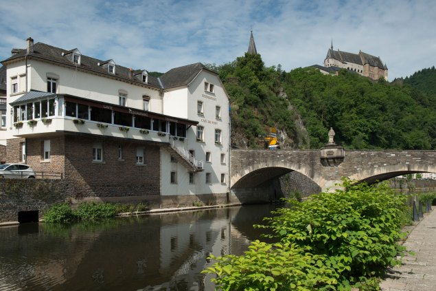 Illustration: typical photo of Vianden with the bridge over the river Our, the castle on the hill and of course the nicest bar in Luxembourg, Café Du Pont.
