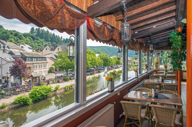 Illustratie: foto vanaf het overdekte terras van Café Du Pont in Luxemburg.