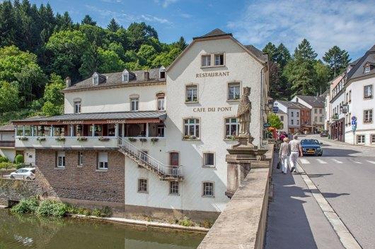 Illustratie: foto van het zij-aanzicht van het gezelligste bar-restaurant van heel Luxemburg. Café Du Pont in Vianden.