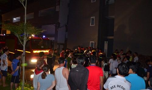 Lực lượng cứu hộ có mặt để dập lửa.