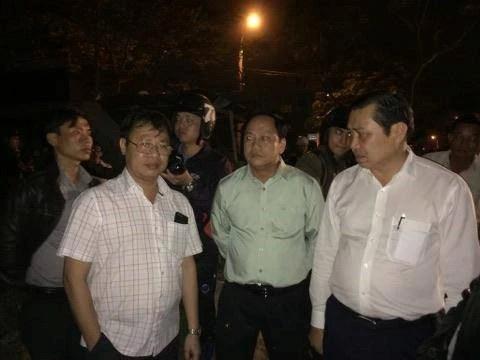 Ông Huỳnh Đức Thơ (phải) và lãnh đạo Sở Xây dựng đến hiện trường chỉ đạo xử lý vụ việc. Ảnh: Đoàn Nguyên.