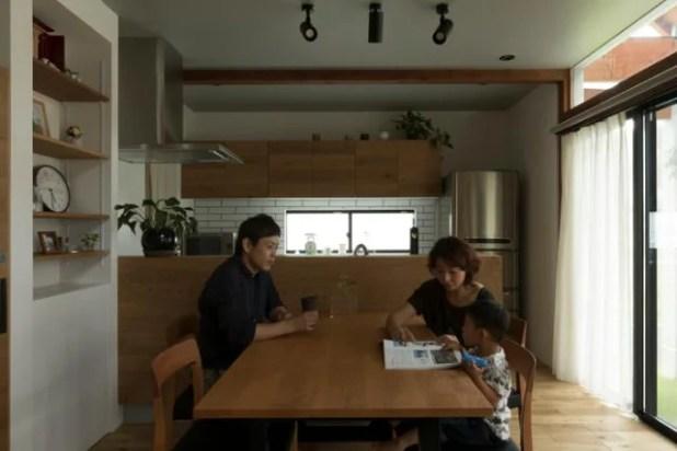 Toàn bộ nội thất bên trong nhà được làm bằng gỗ sáng màu mang lại cảm giác ấm cúng và vô cùng gần gũi.