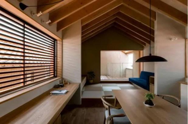 Một chiếc bàn dài chạy dọc cửa sổ là không gian tuyệt vời để chủ nhà có thể đọc sách, ngắm cảnh thiên nhiên ngoài trời.
