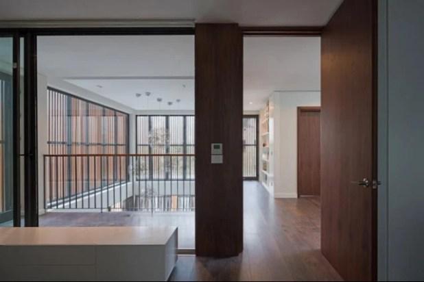 Hệ làm gỗ phía ngoài cho phép ánh sáng và gió có thể len lõi đến từng ngõ ngách ngôi nhà.