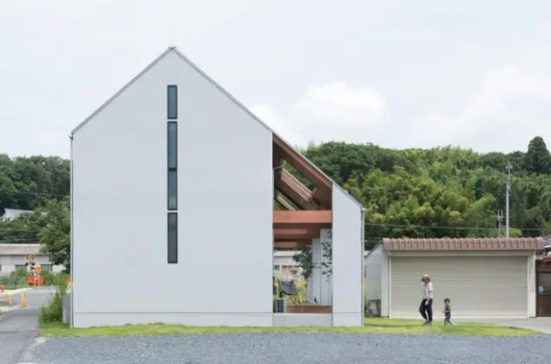 Thoạt nhìn ngôi nhà được thiết kế kiểu mái tam giác như nhà cấp 4 nhưng bên trong lại được phân chia thành 2 tầng.