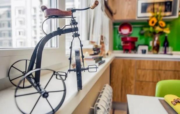 Những món đồ nội thất nhỏ xinh nơi bệ cửa sổ tạo điểm nhấn bắt mắt cho bếp ăn.