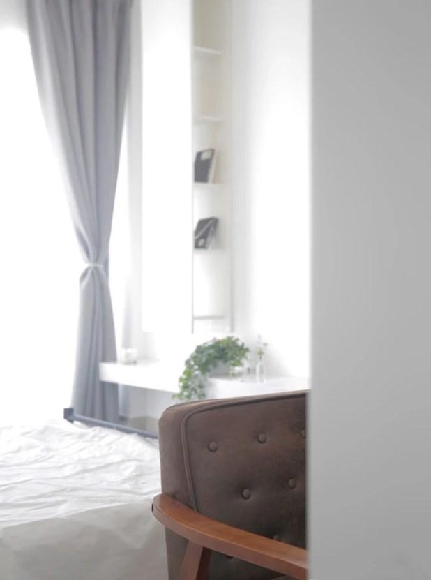 Nhờ cách bố trí không gian này mà mỗi sáng tỉnh dậy chủ nhân có thể hưởng trọn ngày mới, thư thái đón chào những tia nắng ấm áp nhất của bình minh ngay trên giường ngủ.