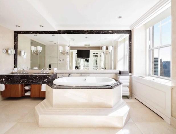 Trong căn hộ này có tổng cộng 6 phòng tắm và tất cả đều được trang trí bằng đá cẩm thạch vô cùng sang trọng.