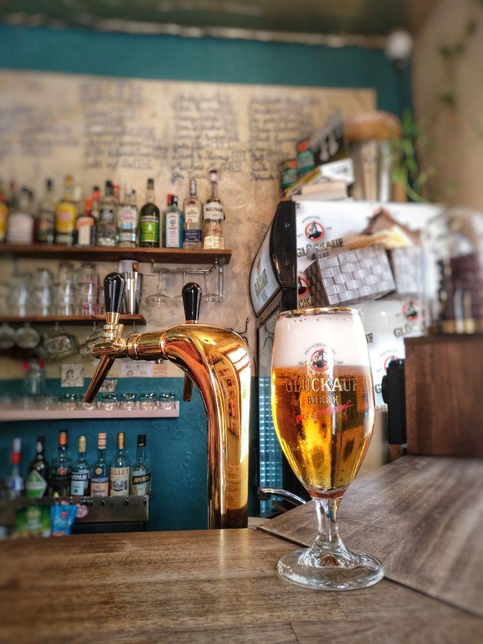Bier vom Fass mit goldenem Zapfhahn