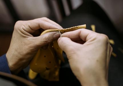artesano-cosiendo-banner
