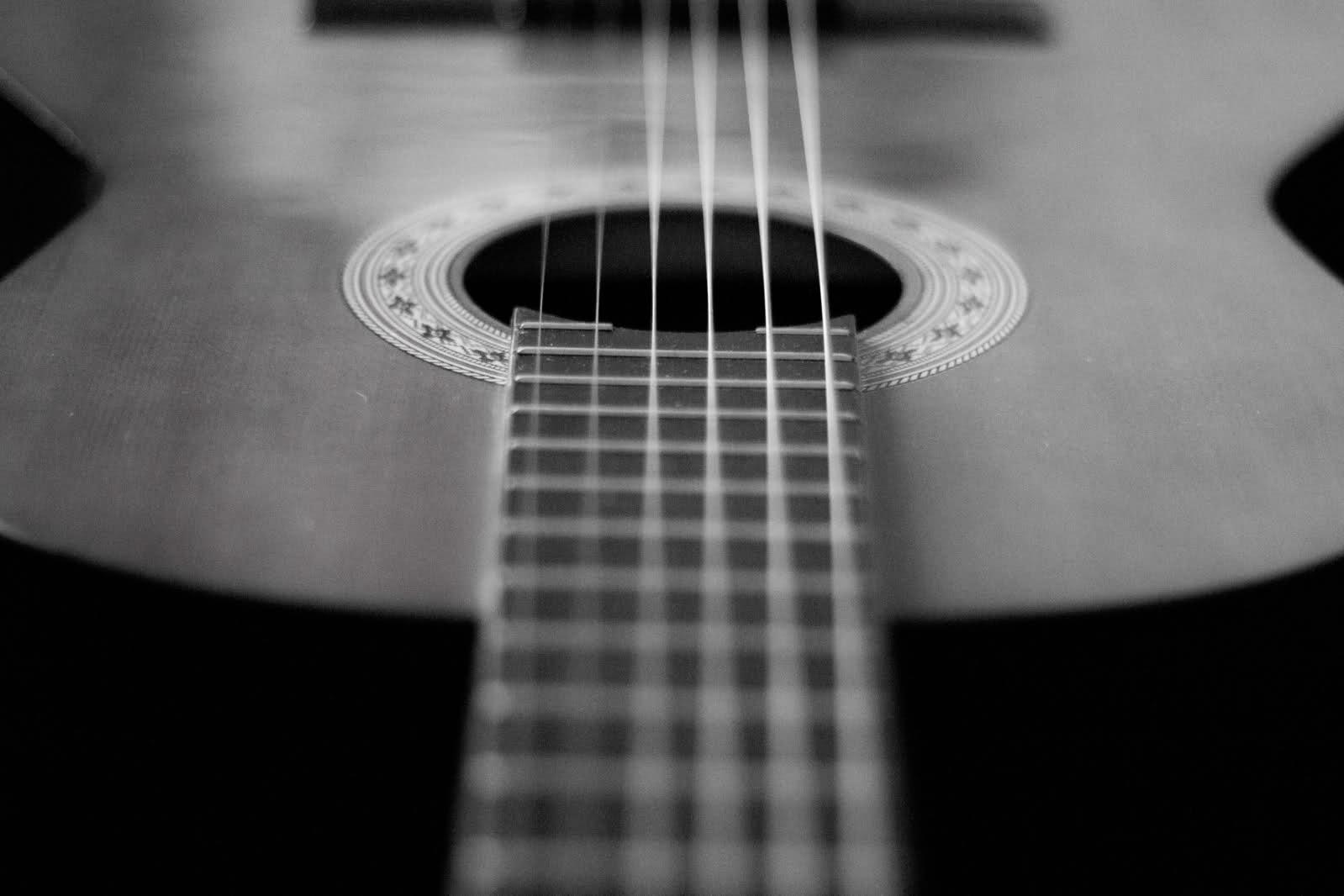 Musica en vivo: Hugo Noriega   Duelo de Guitarras