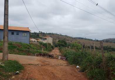 Entulho acumulado interdita estrada rural em Elói Mendes
