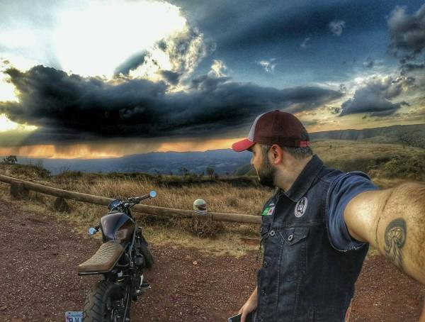 By @markin_bueno . #caferacer #caferacers #caferacersofinstagram #caferacersculture #caferacerbuilds #vintage #vintagestyle #vintagefashion #motocycle #moto #motos #motorcycles #oldstyle #oldschool #bratstyle #motorbike #motor #helmet