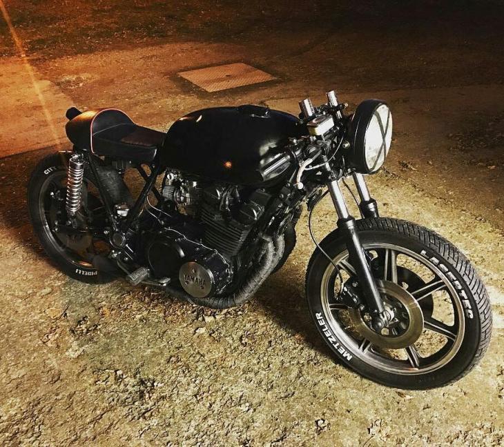 By @mechanic_monkey_garage - Darkness. ⚫️ . #caferacer #caferacers #caferacerstyle #caferacersculture #caferacerbuilds #vintage #vintagestyle #vintagefashion #motocycle #moto #motos #motorcycles #oldstyle #oldschool #bratstyle #motorbike #motor #helmet
