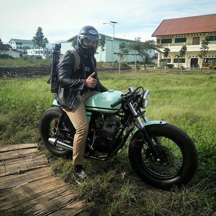 By @mas_imamwahyudi - Make it awesome . #caferacer #caferacers #caferacerstyle #caferacersculture #caferacerbuilds #vintage #vintagestyle #vintagefashion #motocycle #moto #motos #motorcycles #oldstyle #oldschool #bratstyle #motorbike #motor #helmet
