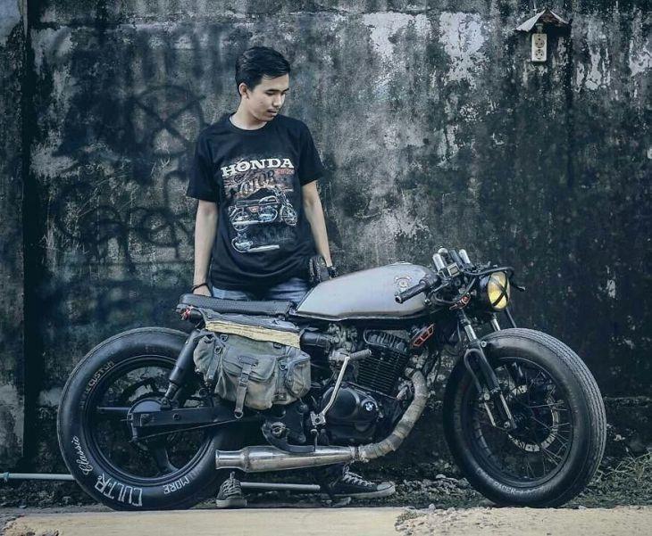 By @duabelas11 -  Motorcycle Custom : @simplecustom.id .  #caferacer #caferacers #caferacerstyle #caferacersculture #caferacerbuilds #vintage #vintagestyle #vintagefashion #motocycle #moto #motos #motorcycles #oldstyle #oldschool #bratstyle #motorbike #motor #helmet