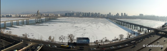 Panorama of the almost frozen Han River a few hours after it hit 0ºF overnight!