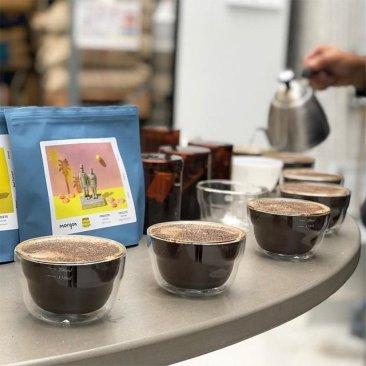喝咖啡的人是矛盾的,因為每一杯咖啡你希望喝的是你想要的,但是又希望是可以為你帶來驚喜的。(Morgon)