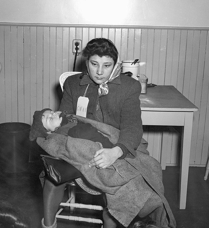 989px-Immigrant_Woman_with_Baby_Pier_21_1948