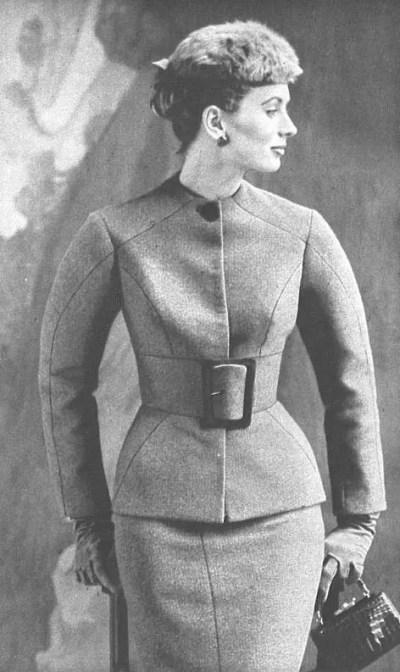 モデル:スージー・パーカー。ナロー・ウエスト・ウール・スーツ『ヴォーグ』1953年SS。