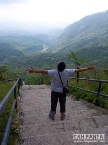 Indahnya pemandangan lembah dari atas gunung
