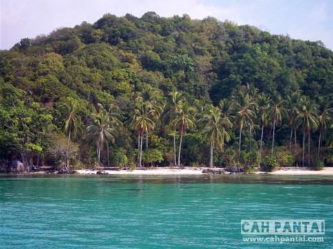 Pantai Batu Topeng dilihat dari laut