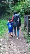 Istri dan keponakan di jalan setapak menuju Air Terjun Palak Siring