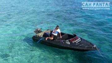 Sambil nunggu speedboat dibetulin mending gua berenang aja deh