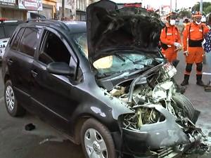 Corpos ficaram presos às ferragens em acidente na Cohab (Foto: Reprodução / TV Mirante)