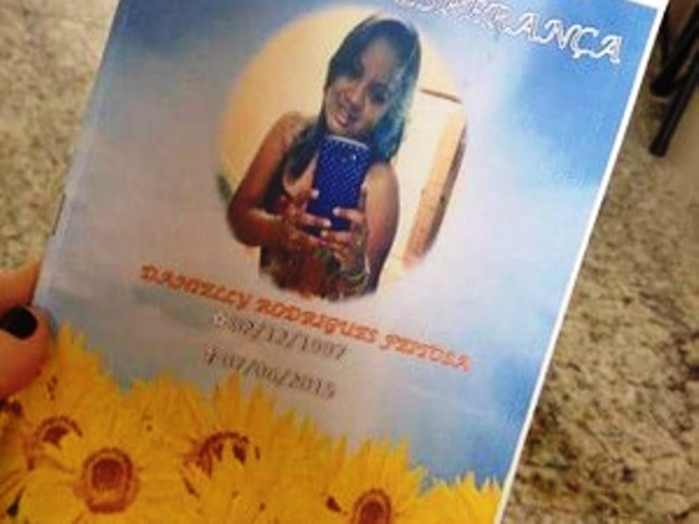 Folhetos com cânticos tinha a imagem de Danielly (Foto: Deusilene Marques/PortalMarvao)