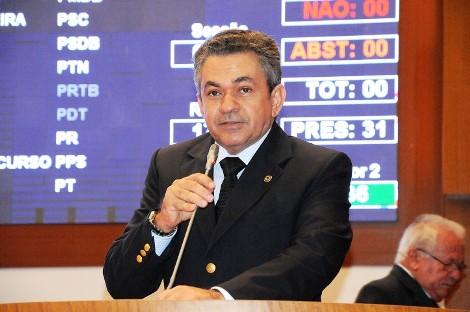 O deputado Antônio Pereira na tribuna da Assembleia