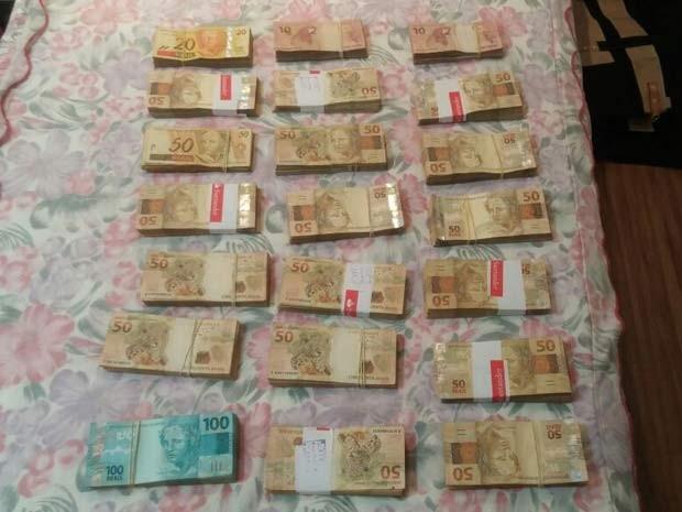Dinheiro apreendido durante Operação Acrônimo, da Polícia Federal, para combater lavagem de dinheiro (Foto: Polícia Federal/Divulgação)