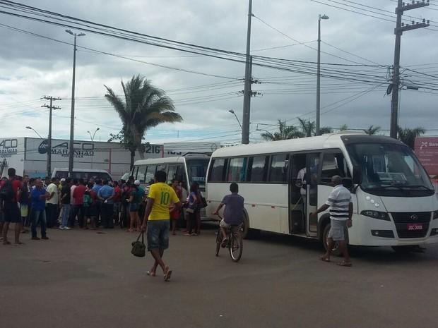 Motoristas interditam Retorno da Forquilha, em São Luís (Foto: Elbio Carvalho / TV Mirante)