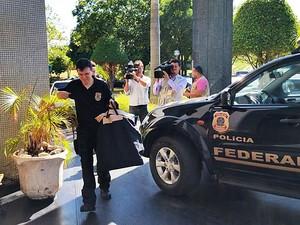 Policial chega à sede da PF em Brasília com documentos apreendidos durante operação contra lavagem de dinheiro (Foto: Vianey Bentes/TV Globo)