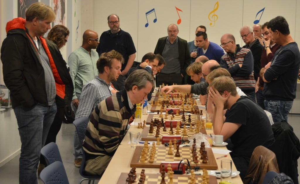 Veel publiek en veel spanning bij de topper Caïssa-Eenhoorn - SISSA 2. Op de voorgrond de derdebordspelers Henk-Jan Visser (links) en de ongeslagen Europa Cup-deelnemer Erik-Jan Hummel.