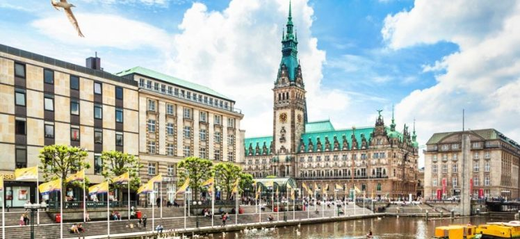 Hamburg-city-center-with-town-hall-and-Alster-river_XXL-870x400.jpg