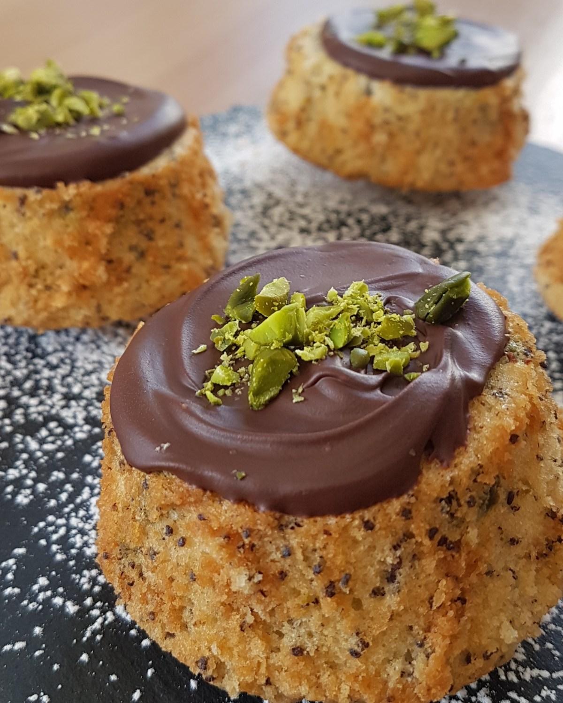 Financiers von Cake Confession mit Schokoladen-Pistazien-Topping