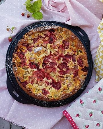 Erdbeer Rhabarberkuchen von Cake Confession auf einer dunklen Kuchenplatte drapiert.