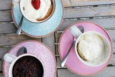 Drei vegane Tassenkuchen von Cake Confession aus der Vogelperspektive
