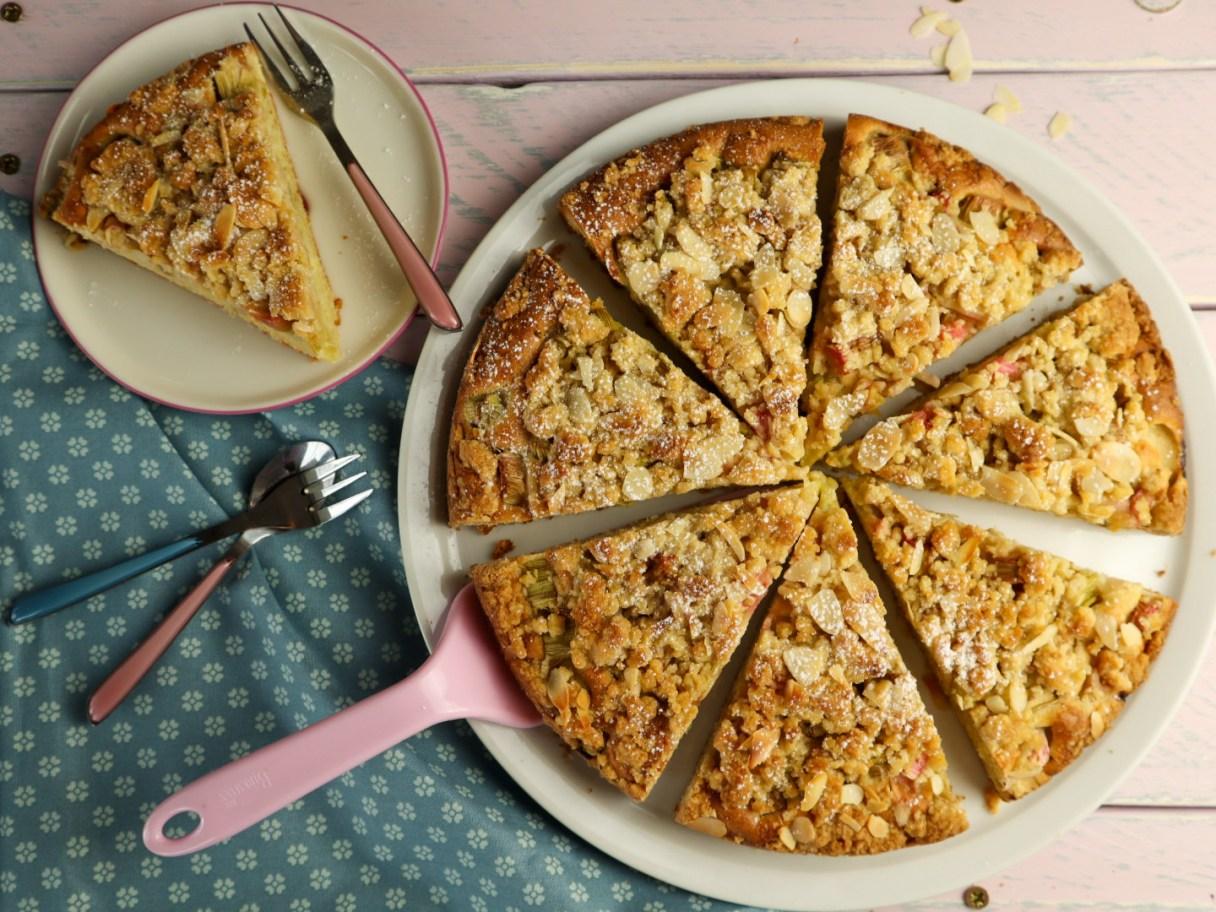 Rhabarber-Streusel-Kuchen auf rosa Untergrund von Cake Confession