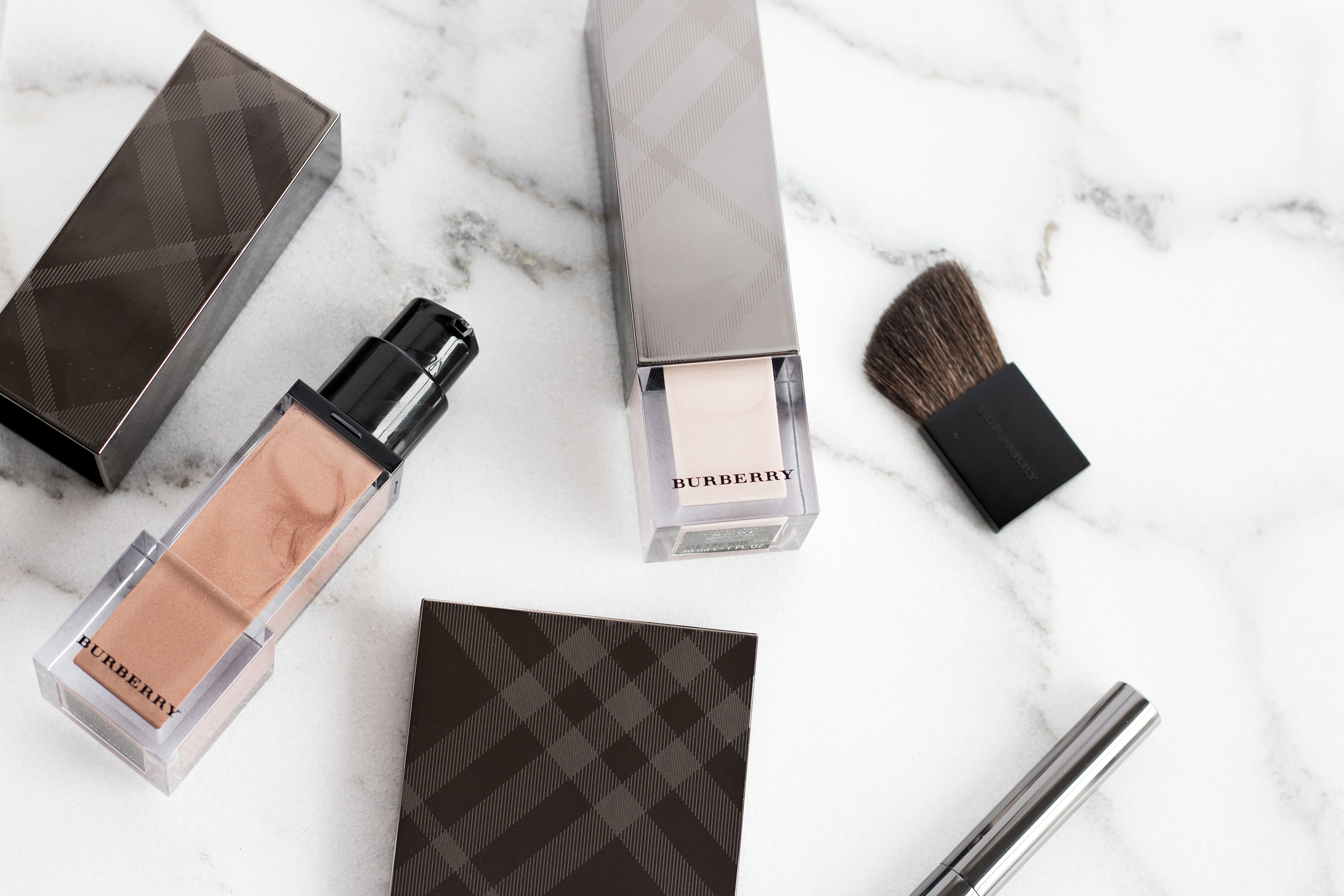 Burberry Fresh Glow highlighting pen, highlighter in rose gold, and luminous base