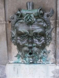 A little spitting man-fountain
