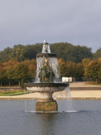 The fountain in the middle of 'le grand parterre'