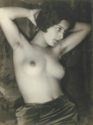 800px-Yva_(attr)_Female_semi-nude_1920s[1]