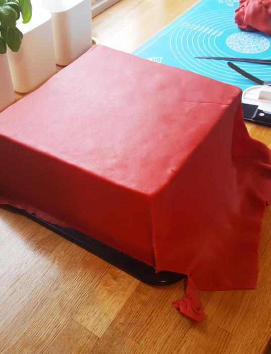 Lego cake - Legotårtan täckt med röd marsipan