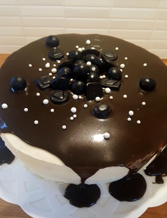 Tårta med lakritskolasås