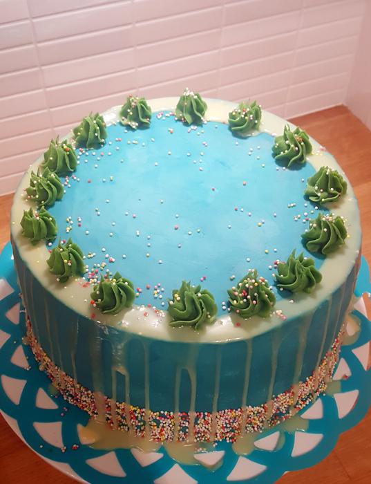 Blue cake with sprinkles - blå tårta med strössel